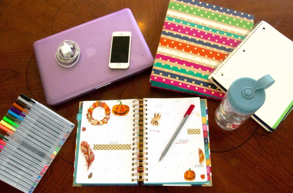 What's in my college backpack - see what I take with me for a fun and productive day around campus!- Sara Laughed